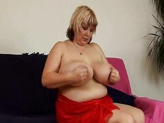 Madre madura gordita con tetas grandes juega