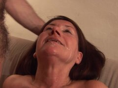 Madura nena Gusti Tschopp siendo empalado en su boca