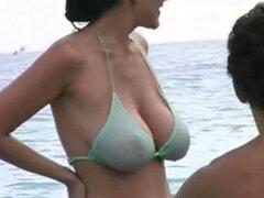 Milf caliente en Bikini en la playa. MILF sexy en la playa