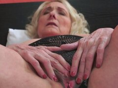 Abuela gordita follada después de mostrar su coño. La abuela Chubby con bigtits follada después de mostrar su coño