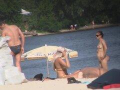 Fems amateur desnudas tetas y coños en la película de voyeur de playa