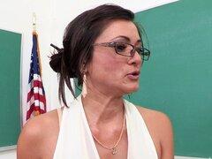 Profesor guapa con un cuerpazo disfrutando de una follada Hardcore en el aula
