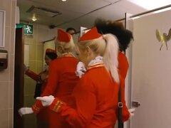Ébano azafata golpeada por hombre pervertido en baño público