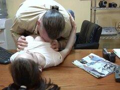 hombre follar con la joven en la oficina. hombre follar la joven en la oficina