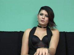 Morena con tetas pequeñas se masturba en ropa interior negro