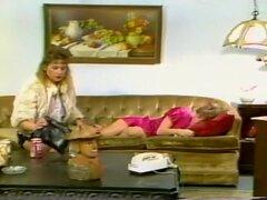 Caliente lesbiana escena con Kim Bernard y escarlata, Kim entra en la casa y escarlata encuentra en el sofá. Ella comienza a frotar su culo y frotar a su amiga y no es hasta que ella empiece a comer que ella que despierta su amiga. Esto se siente demasiad