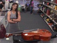 Señora brasileña peones una cosas y pegado a la casa de empeño, Sexy brasileña mujer peones un Cello y el dinero recibido de la pawnkeeper después de que ella tomó la oferta de follar a este tio pervertido