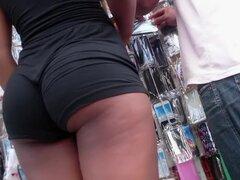 Diosa de ébano con shorts negros tiene un increíble pedazo de culo, pantalones cortos y apretados envolvieron y acentuaron las nalgas carnosas de una voluptuosa chica negro en la tienda, que a su vez me obligó a encender mi teléfono con cámara.