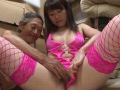 Foxy chica japonesa viste con medias de red por favor y anciano
