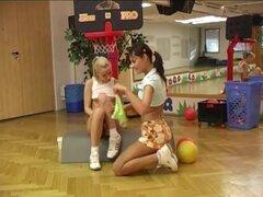 Amateur teen Cindy duro-a y ámbar clavado unos a otros en el gimnasio