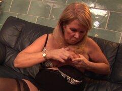 Tetonas naturales maduras granny atornillar su coño con juguete - Lisa Melanie