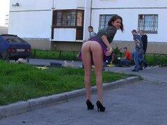 Chica pública intermitente en una falda corta