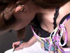 Chica asiática tiene tetas en cam de un voyeur cachondo, esta linda morena teen japonesa con tetas pequeñas es parada en una escalera y asomé por una oculta camaras Spy en este downblouse amateur video