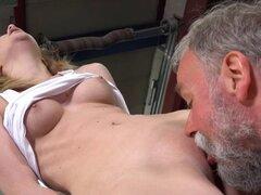 Viejo loco come coño joven. Atractivo joven bombazo obtiene su pusys lamida por un gato viejo