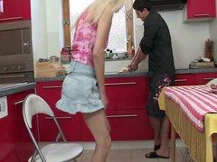 Esposa llega y ve a madre montando la polla de su hombre
