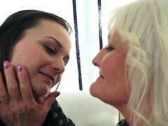Abuela lesbiana babe adolescente lame y los dedos. Abuela lesbiana con bigtits lame y los dedos nena teen