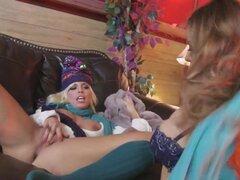 Baby Got Boobs: Conejitos de esquí. Britney Amber, Yurizan Beltran, Mick Blue. Britney Amber y Yurizan Beltran están en unas vacaciones de esquí con sus novios. Mientras los chicos están ocupados en las laderas, Britney y Yurizan Haz ocupado con un poco d