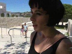 ATKGirlfriends video: Coco une en el Museo de arte en una tarde fecha., es un día hermoso para mirar hermoso arte con una hermosa chica como Coco. Sin duda muchos de los patronos son mirándola en vez del arte de valor incalculable en las paredes! Se sient