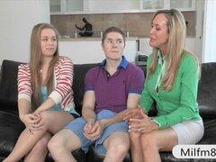 Stepmom Brandi Love 3way caliente con pareja adolescente en sofá