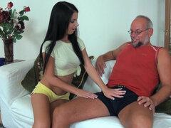 Joven belleza Jessyka cisne juega con viejo papá.