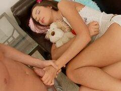 Bastante adolescente Nataly Gold obtiene en ambas agujeros follada y facialed