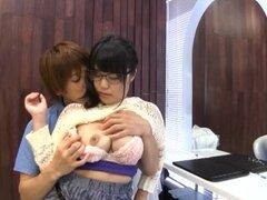 Asia chica con gafas permite el chico guapo le dan un spooning - Kawai Mayu