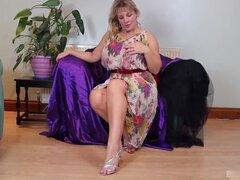 Esta abuela rubia natural todavía lleva bragas tanga porque es su gran trasero
