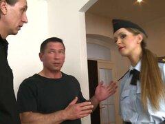 Tetona policía investiga denuncia de ruido termina Gangbanged, oficial de Violeta Luna demuestra para arriba a un grupo de aficionados al fútbol para mantener el ruido y termina en el gangbang de sus sueños. Ella consigue todos sus agujeros llenos, follan
