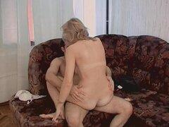 Caliente Mama recibe polla dura jóvenes después de la limpieza