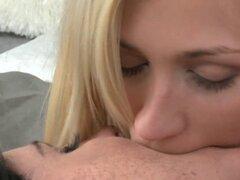 Lesbianas en lencería besando y lamiendo en la cama. caliente blone y pelo oscuro lesbianas chicas en lencería sexy besándose suavemente en la cama y lamiendo coños y pezones en todas las posiciones posibles