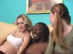 Pigtailed teen y embarazada milf rubia comparten una polla negra en el clip FFM