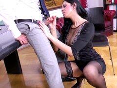 Kira la reina de fascinación quiere obtener bonked ahí en la oficina - Kira Reina