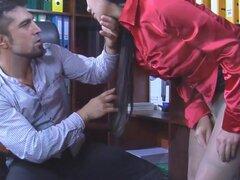 PantyhoseTales Video: Mima A y Frederic. Sexy Secretaria oriental Mima A. trae a Frederic unos papeles a firmar cuando nota una escalera en su escarpado a medias de la cintura y hace un cambio inmediato en algunas medias frescas de la chica. Ella no sospe