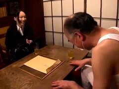 Petite teen japonesa tiene un anciano follando su raja melenuda