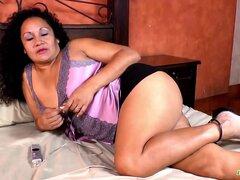 LatinChili gordita madura desnuda tetas y coño, Latina cachonda madura jugando solo con sus órganos reproductivos encontrar este video en nuestra red Oldnanny.com