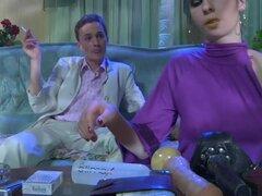 StraponScreen Video: Beatriz y Randolph, después de haber tenido un sissy de oficina humo, whiney que Randolph quiere fumar strapon de Beatrice, por lo que comienza a soplar su strapon esperando que ella te busto abren a su trasero sumisa conmovedora. El