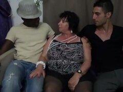 Mujer hermosa grande francés 65yo abuelita olga atornillado por dos fellas - doble penetración, Francés 65yo granny con leche hugr latas dped por 2 chicos