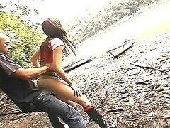 Cachonda jovencita Asiatica Erika obtiene su apretado coño follado en un lago de perrito