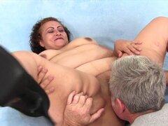 Mujer gorda toma polla gorda. Madura BBW obtiene su coño dedos y lamió que le da una buena mamada luego ella consigue su coño regordete follada bueno y profundo en muchas posiciones hasta que le dispara a cum