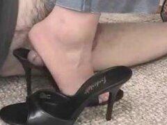 Casa zapato fetiche footjob de una mujer calificada, video gran fetiche casero de señora experimentada dando un trabajo de pie hábil al pie a fetiche ¡ demonio en casa, machacando su wang caliente entre su talón y sus zapatos de tacón alto negro elegante,
