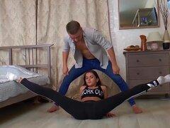 Teen lindo contorsión flexible le encanta el sexo extremo acrobáticos