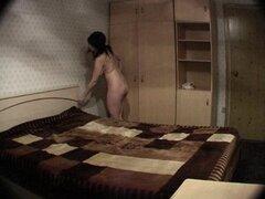 Gordita morena en cam voyeur, morena gordita está desnuda en cam voyeur preparando para ir a la cama