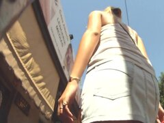 """Sin embargo otro impresionante falda hasta material de archivo de un culo sexy, Sexy rubia blanca en una camisa blanca y falda mini vaquera de fumar va a trabajar a pie. Mientras va a trabajar, ella atrae a un público real voyeur que registra su """"as"""