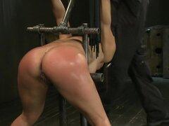 Se ve más en esclavitud, Adrianna Lunas doblada sobre y encerrado. La implacable esclavitud de metal mantiene su sexy culo en su sitio por lo que pueden ser violado. Luego ella obtiene atada para arriba y alzada en el aire. Una delicia que cuelga para fol