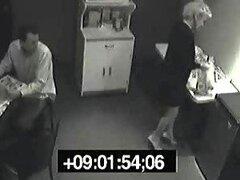 Rubia puta se masturba en la cocina y pone cum en su copa