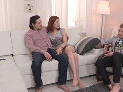 Un marido Cornudo impotente relojes como su esposa folla un desconocido