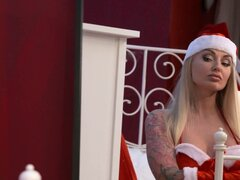 George Kayla Green en Santa más malo - MomXXX, cada año mientras Papá Noel está en el trabajo, su hermano George Claus viene para quedarse. Y cada año que George se aburre, solo, y uh... festivo. Después de dormir de otra sesión del espíritu estacional en