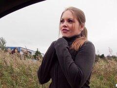 Hermosa teen en el coche chupa su dick y consigue golpeado - Alessandra Jane