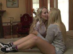 Mamá tetona y Linda teen disfrutan lamiendo coños en el ser. Mamá de tetas grandes ardiente Simone Sonay y linda chica adolescente Melissa puede besar y disfrutar lamiendo coños en el dormitorio