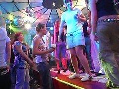 Jovencitas tetonas se ponen alocadas en salvaje fiesta interracial CFNM